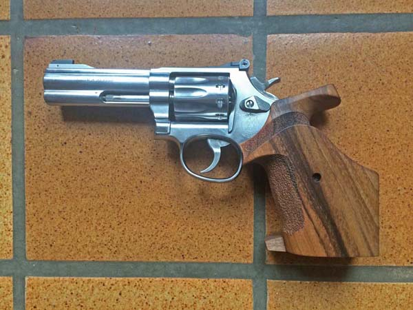 Le Smith et Wesson 617 4 en 4 pouces avec poignée Nill KHpgF3RGWg3_Smith-Wesson-617-poignee-Nill-verso-600x450