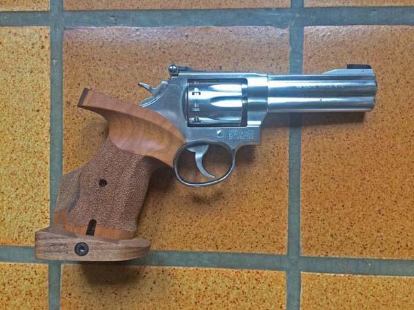 Le Smith et Wesson 617 4 en 4 pouces avec poignée Nill KHpgFrwDzD3_Smith-Wesson-617-poignee-Nill-recto-600x450
